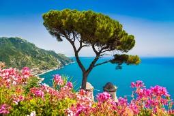 Auf eigene Faust entdecken Reisende mit Hauser Exkursionen z.B. die Amalfiküste im Süden Italiens. Foto: Canadastock/Shutterstock