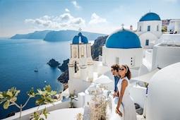 An Bord der Norwegian Jade geht es im Sommer zu den griechischen Inseln, u.a. Santorini. Foto: Norwegian Cruise Line