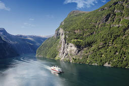 Die Postschiffe an der norwegischen Küste werden mit grünen Technologien umfassend modernisiert. Foto: Agurtxane Concellon/Hurtigruten