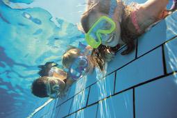 Kinder im Alter von 5 bis 7 Jahren können Wassergewöhnungskurse oder einen Seepferdchenkurs an Bord mitmachen. Foto: TUI Cruises