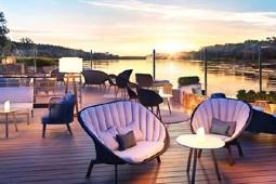 Das große Sonnendeck bietet unterschiedliche Sitzbereiche, um das Landschaftskino genießen. Grafik: Arosa Flussschiff