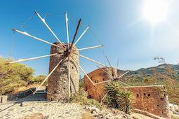 Auf Kreta und Rhodos lassen sich im Herbst bei angenehmen Temperaturen gut Kultur- oder Wanderausflüge unternehmen. Foto: GettyImages/FTI